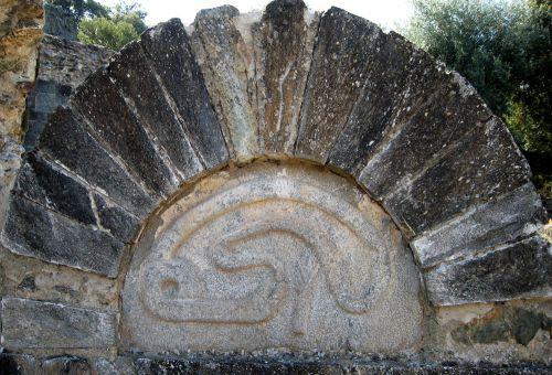 la trinité d'aregno,marie madeleine davy,initiation à la symbolique romane,le grand architecte créant le monde,ouroboros,le tireur d'épine