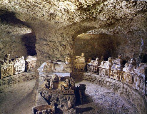 tombe étrusque Volterra.jpg