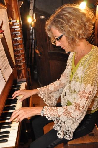 Maria Cecilia Farina à l'orgue de Muro.jpg