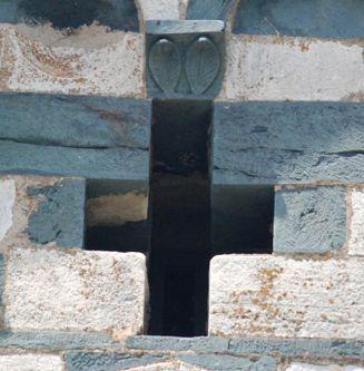 Croix fronton abside détail blo.jpg