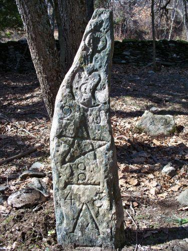 Truchonacce Stèle 1 schiste gris face est.jpg